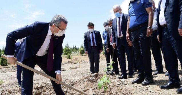 Başkan Güngör Ekinözü'nde Polis Hatıra Ormanı'na fidan dikti