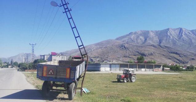Seyir halindeki traktörden ayrılan römork elektrik direğine çarptı