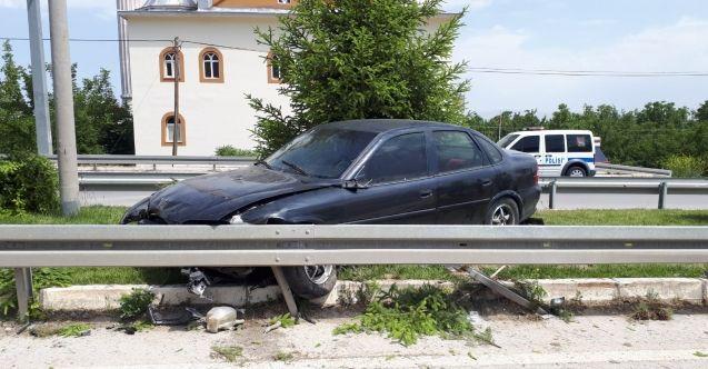 Elbistan'da feci trafik kazası! Otomobil bariyerlerden içeri daldı