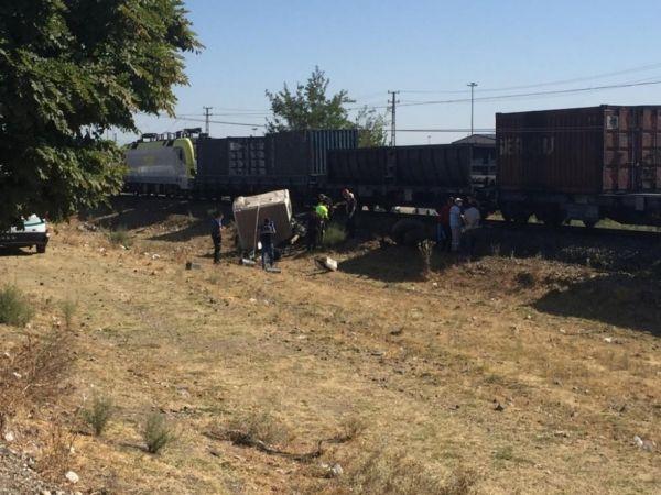Yine tren kazası: Kahramanmaraş'ta yük treni kamyonu biçti!