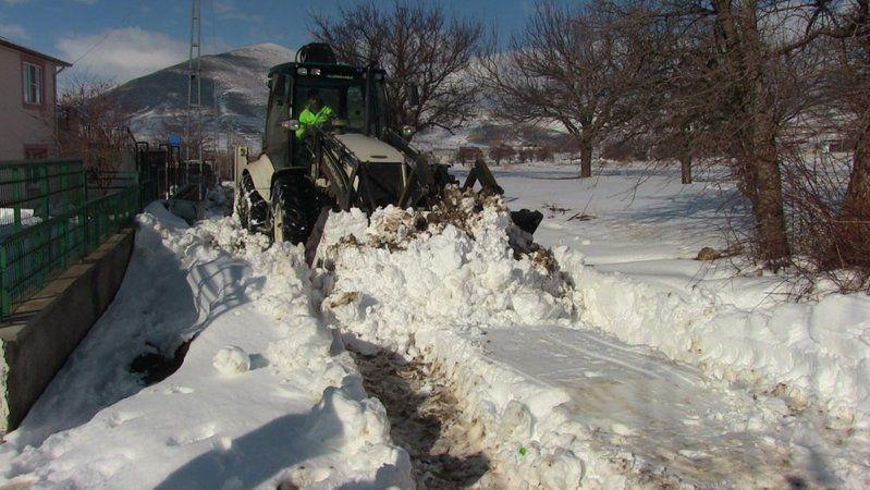 Ekinözü'nde zorlu kar mesai! Belediye ekipleri kapalı yolları açtı