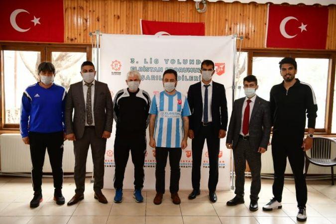 Elbistanspor'un teknik heyeti ve futbolcuları basına tanıtıldı