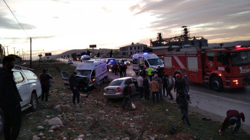 Elbistan'da feci kaza! Ambulans ile otomobil çarpıştı: 3 ölü