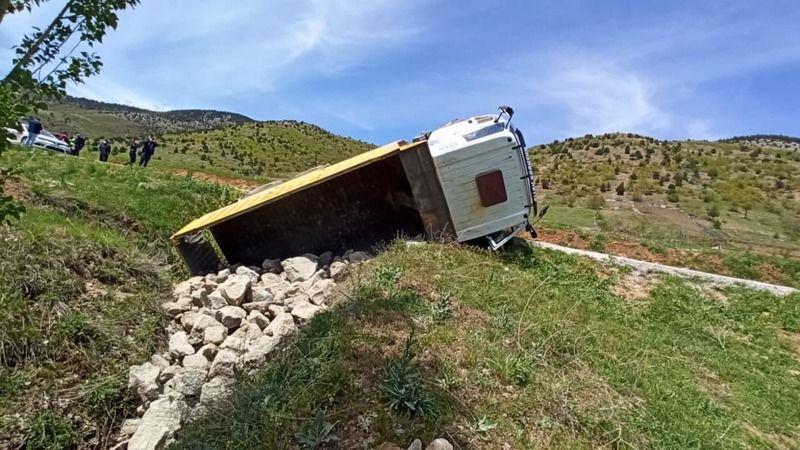 Göksun - Elbistan karayolunda kaya yüklü kamyon devrildi
