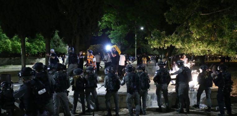 İsrail polisi Mescid-i Aksa'da namaz kılan cemaate saldırdı