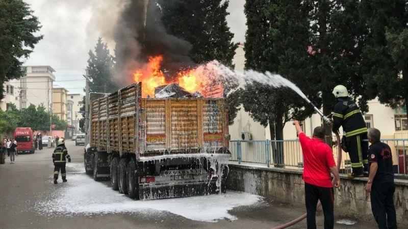 Ev yüklü park halindeki tır alev alev yandı!