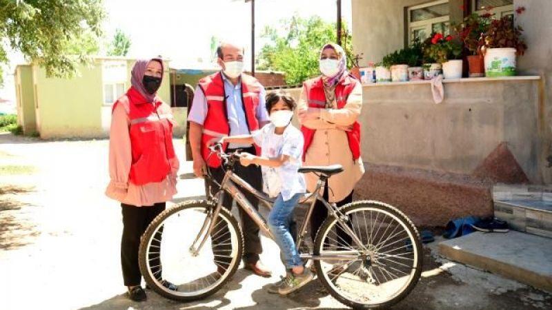 Başkan Gürbüz'den lösemiyi yenen Kerem'e bisiklet
