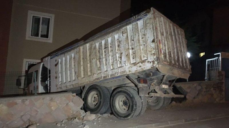 Freni boşalan  kamyon apartman  dairesine çarptı!