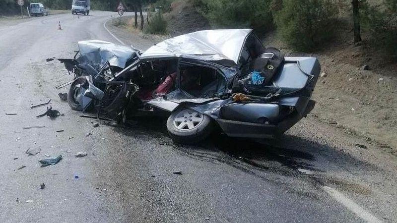 Feci kaza: Otomobil ile kamyon çarpıştı...