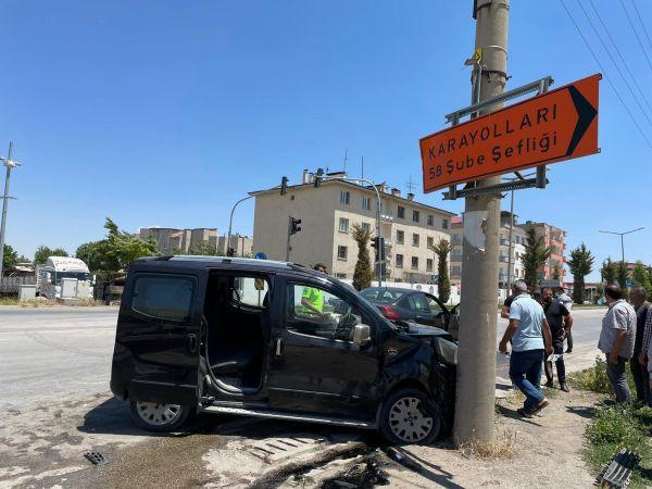 Otomobil ile hafif ticari aracın çarpışması sonucu 5 kişi yaralandı