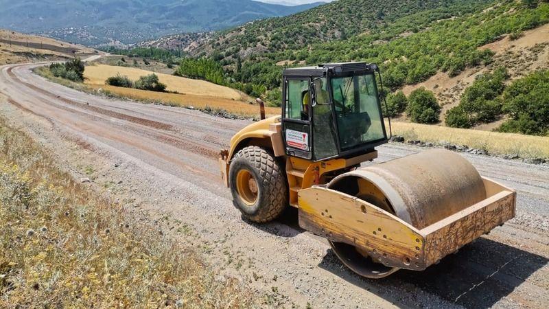 Elbistan ve Afşin'de 4 mahalleyi bir birine bağlayan 24 kilometrelik yol asfaltlanıyor