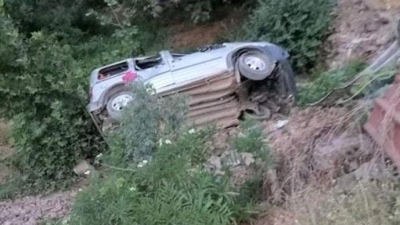 Hafif ticari araç şarampole uçtu: 1 ölü 3 yaralı
