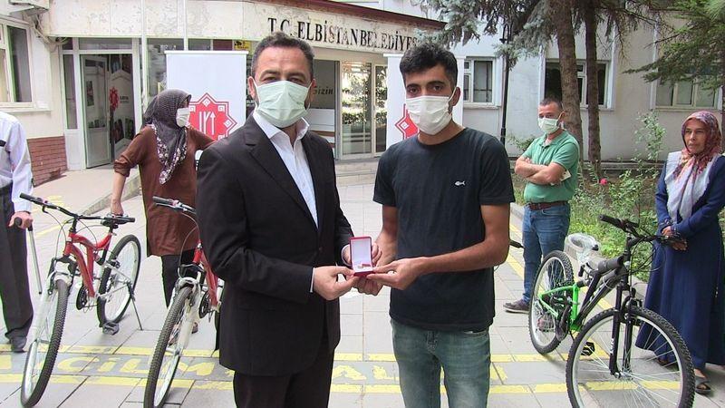 Aşı kampanyasının bisiklet ve altın hediyeleri talihlilere teslim edildi