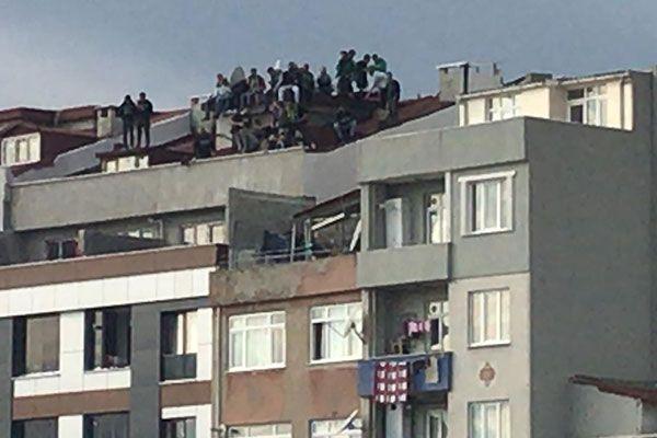 Stada giremeyince çatıya çıktılar