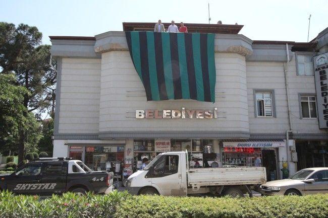 Belediye binasına dev Sakaryaspor bayrağı asıldı
