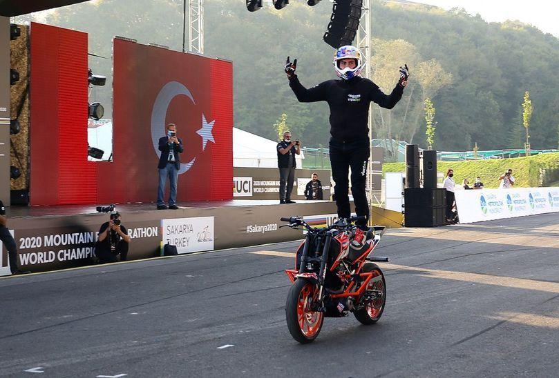 Milli motosikletçi Birkan Polat'den akrobasi gösterisi