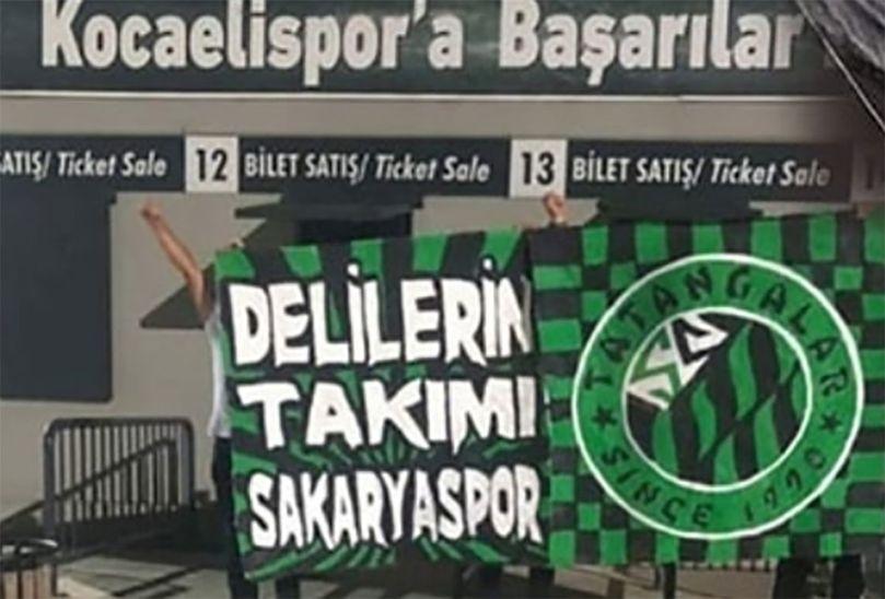 Sakaryaspor taraftarları Kocaeli Stadyumuna girip pankart astı!