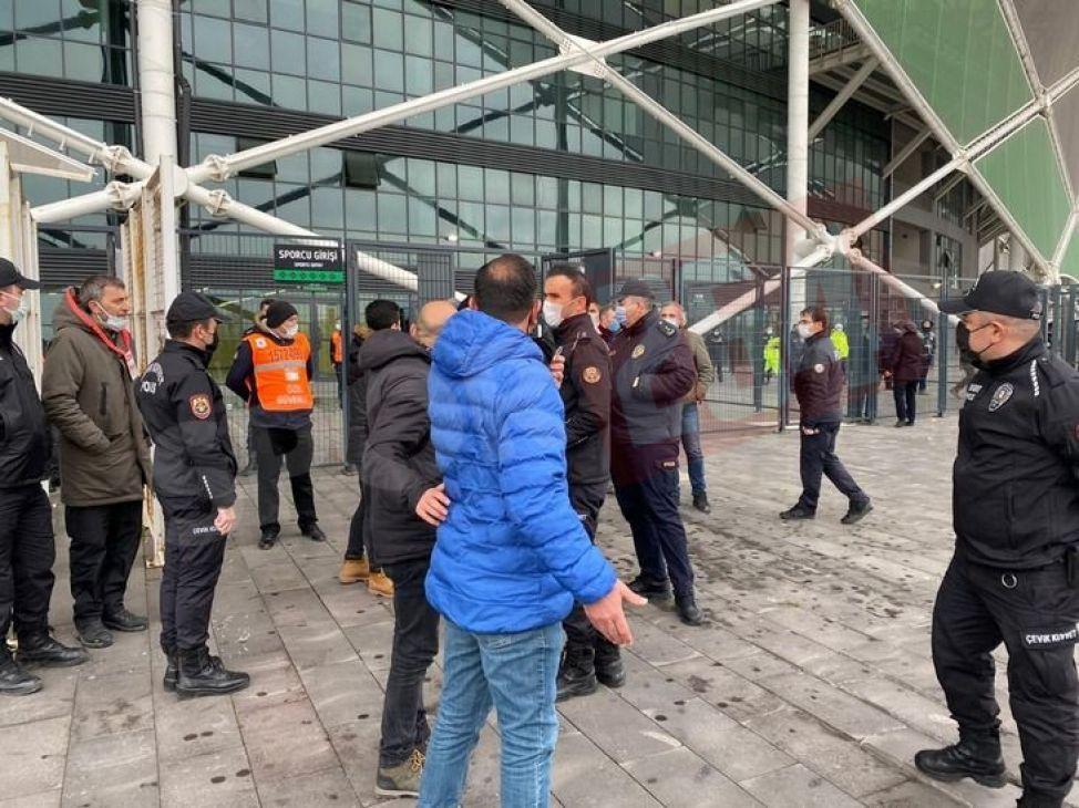 Maç sonrasında stadyumda gerginlik!
