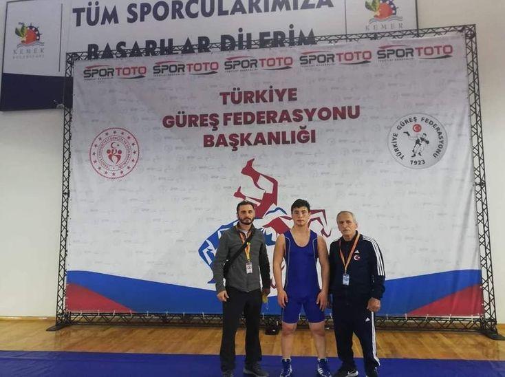 Akyazı Belediyesi güreş takımı Antalya'da derece aldı