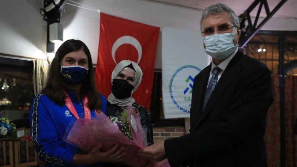 Başkan Yüce dünya şampiyonuna plaket ve hediye takdim etti