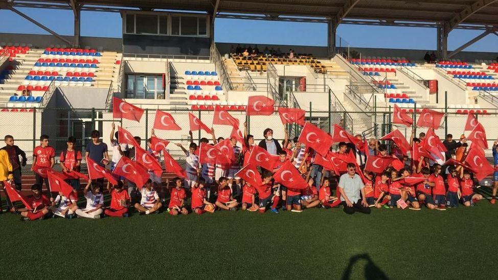 Alaağaç Spor sezon açılışında kitap ve bayrak dağıttı