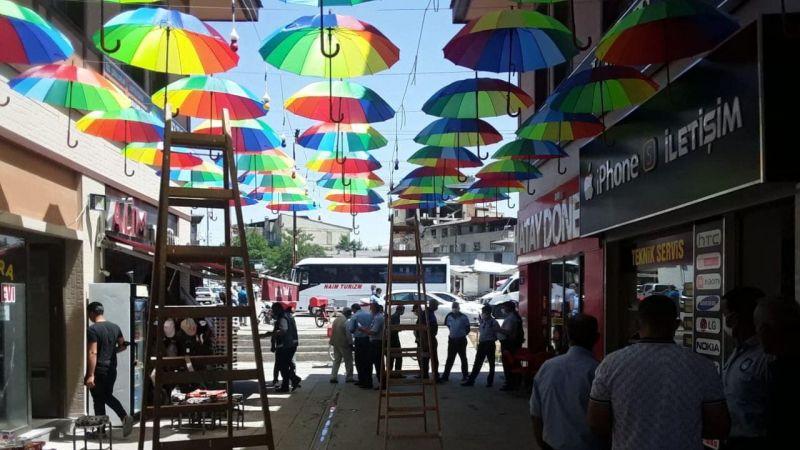 Erciş'te Esnafın Sanat Sokağı'na Astığı Şemsiyeler Sökülmek İstendi