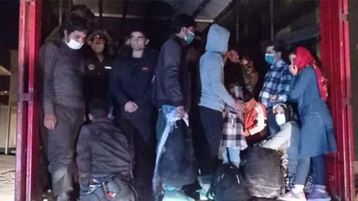 Çaldıran'da Tırın Dorsesinde 300 Düzensiz Göçmen Yakalandı