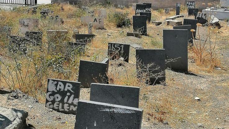 Van'daki Kimsesizler Mezarlığında Kimliksiz Mezar Taşları: Batsın Bu Dünya
