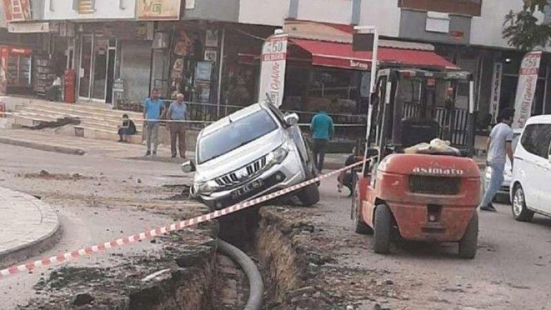 Belediye Aracı Kazdığı Çukura Düştü!