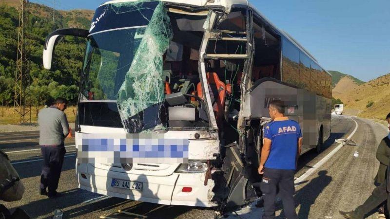 Van'da Otobüs İle Tır Çarpıştı: 1'i Ağır 3 Yaralı