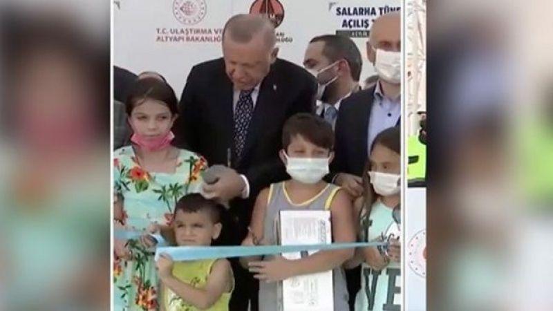 Erdoğan, Törendeki Çocukla Kafasına Vurarak Konuştu!