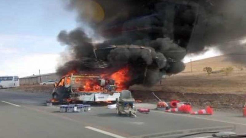 Van'da Seyir Halindeki Kamyonet Alev Alev Yandı
