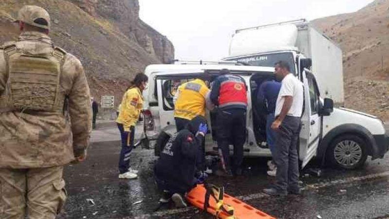 Van'da Üç Araç Çarpıştı: 6 Yaralı