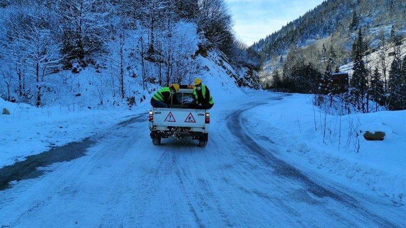 Özel İdare Ekiplerinden Köy Yollarında Buzlanmaya Karşı Önlem