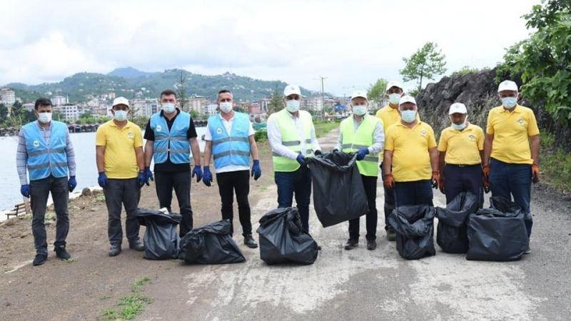 Görele Kaymakamı ve Belediye Başkanı sahilde çöp topladılar )