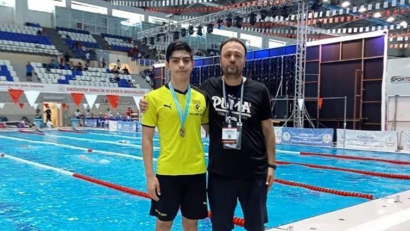 Giresun Şahinsporlu Halil,yüzmede başarı elde etti