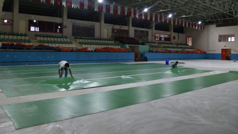 Görele Spor Salonu'nun zemini döşeniyor
