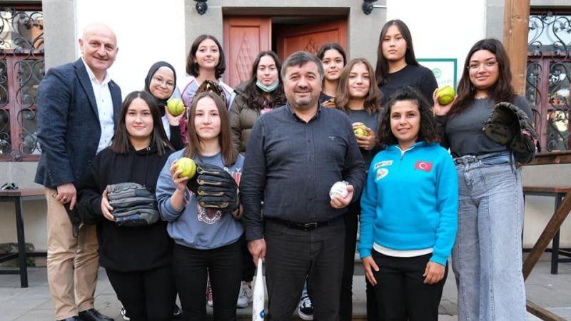 Softbol takımından Başkan Şenlikoğlu'na ziyaret