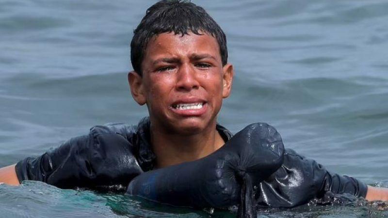 Göçmen çocuğun ağlayarak İspanya'ya doğru yüzmesi yürek burktu
