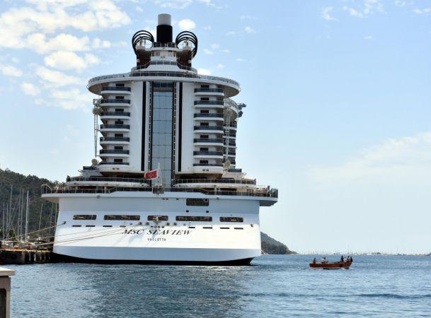 323 metrelik dev gemi Marmaris'e demir attı