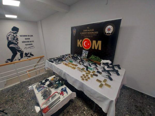 İzmir ve Konya'da yasadışı silah tüccarlarına yönelik operasyonda 17 kişi yakalandı..