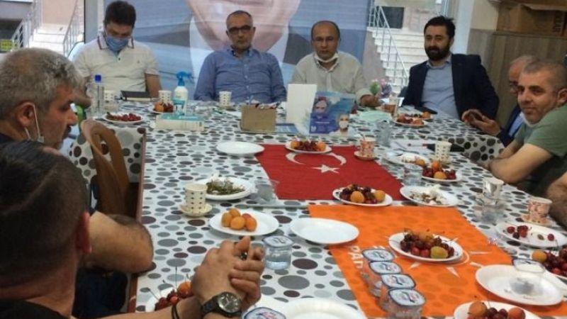 Bayrak üstüne yemek tabağı sosyal medyada tepki çekti