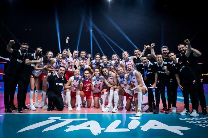 Filenin Sultanları, Japonya'yı 3-0 yenerek bronz madalya kazandılar. Ebrar Karakurt maça damga vurdu.