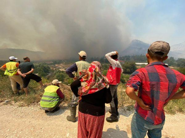 """Isparta Valisi """"daha iyisini yaparız"""" diyerek yangında evini kaybeden kadını teselli etti!"""
