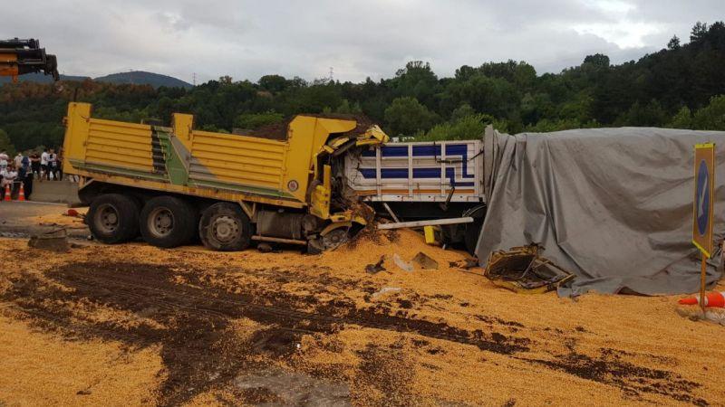 TEM'de trafiği aksatan kazada 2 TIR ve 1 kamyon çarpıştı!
