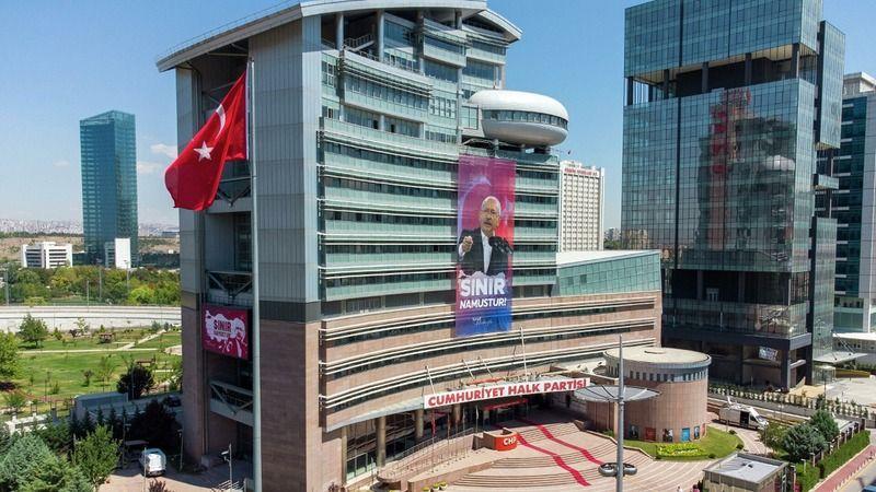 CHP, Türkiye'nin gündemine oturan pankartı astı