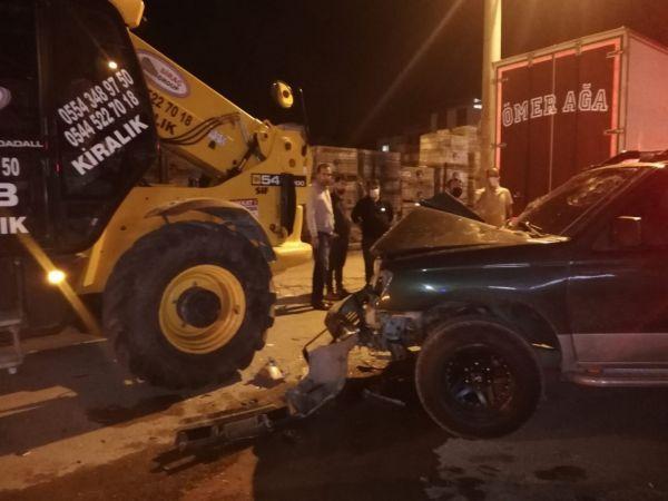 Pikap park halindeki iş makinesine çarptı: 2'si ağır 4 yaralı