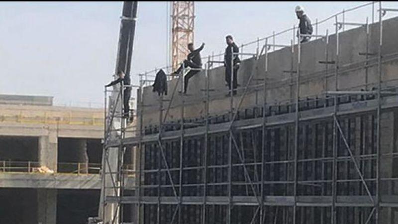 Paralarını alamayan işçiler çatıya çıktı