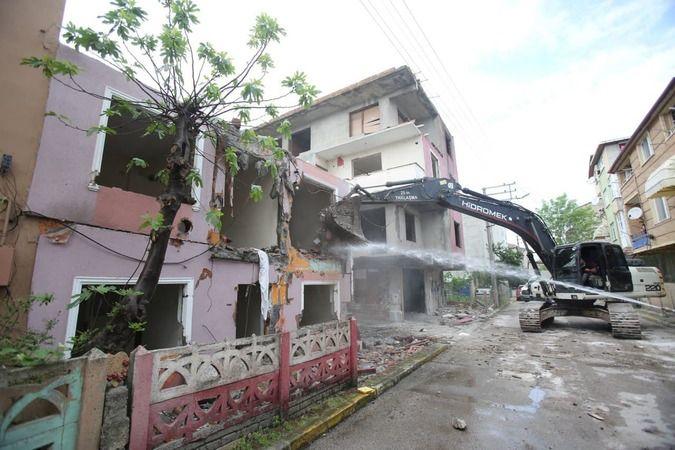 17 Ağustos 1999 Marmara Depremi'nde hasar gören 2 binanın yıkımı yapıldı