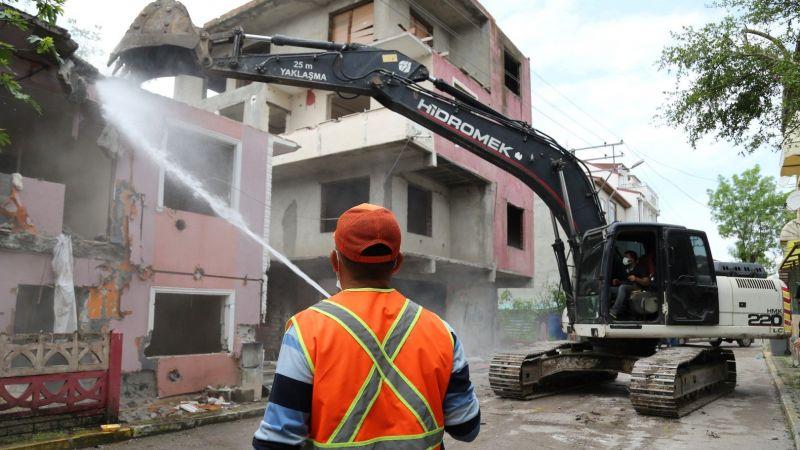 Körfez ilçesindeki hasarlı binalar yıkıldı
